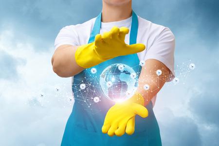 Foto de Worker cleaning company shows the network of representative offices around the world. - Imagen libre de derechos