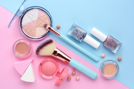 Foto per Makeup brush and decorative cosmetics on color background. Minimal style. Top view - Immagine Royalty Free