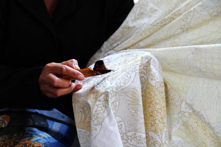 Foto de Traditional Peruvian craftsmanship, silk is covered with lace using wax dye - Imagen libre de derechos