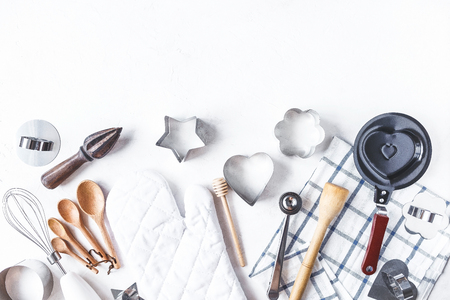 Foto de dishes and kitchen accessories for baking on the Kitchen table on a white background Copy space - Imagen libre de derechos