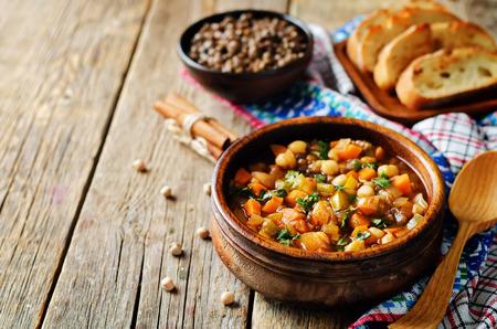 Photo pour Moroccan spicy green lentils chickpea soup on a wood background. toning. selective focus - image libre de droit