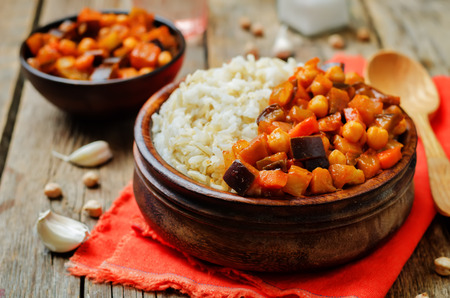 Photo pour Eggplant and tomato chickpea curry with rice. toning. selective focus - image libre de droit