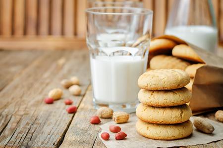 Photo pour Peanut butter cookies with glasses of milk on a wood - image libre de droit