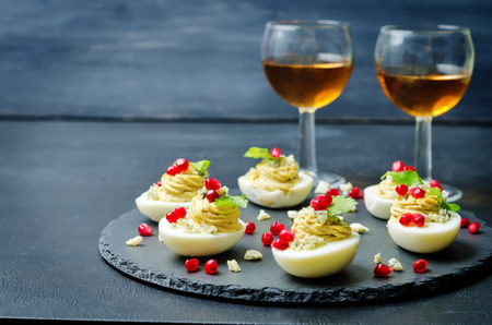 Photo pour Blue cheese deviled eggs with pomegranate and fresh parsley leaves. toning. selective Focus - image libre de droit