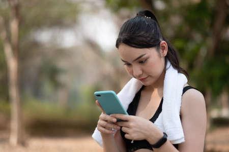 Photo pour female athlete use smartphone waiting for training - image libre de droit