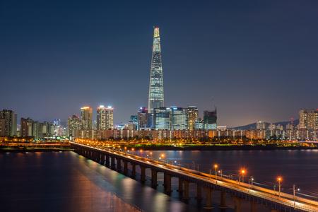 Photo pour Seoul Subway and Seoul City Skyline, South korea - image libre de droit