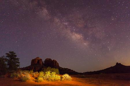Foto de Milky Way Over Cathedral Rock - Imagen libre de derechos