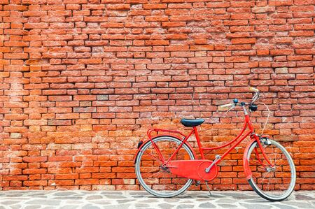 Photo pour Red bicycle near the old red brick wall. Venice, Italy - image libre de droit