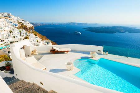 Photo pour White architecture on Santorini island, Greece. Luxury swimming pool with sea view. Famous travel destination - image libre de droit