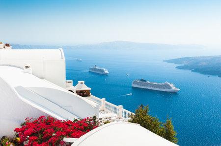 Photo pour White architecture on Santorini island, Greece. Summer landscape, sea view. Famous travel destination - image libre de droit