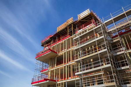 Photo pour Construction of reinforced concrete building with wooden wall studs - contemporary urban development concept - image libre de droit