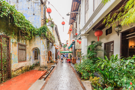 Photo pour IPOH, PERAK, MALAYSIA - APRIL 14, 2017: Concubine Lane is one of the famous attraction at the old town of Ipoh, Perak, due its unique vintage buildings and street sellers. - image libre de droit