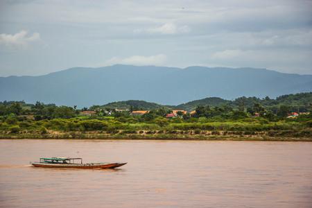 Photo pour Boat in Khong river ,north Thailand - image libre de droit