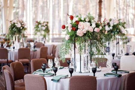 Photo pour Festive wedding table setting with flowers, napkins, cutlery, glasses and candles, bright summer table decor. - image libre de droit