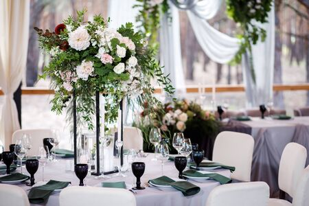 Foto für Festive wedding table setting with flowers, napkins, cutlery, glasses and candles, bright summer table decor. - Lizenzfreies Bild