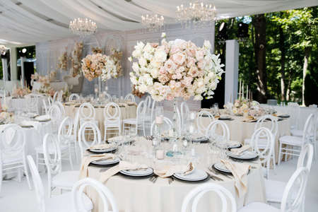 Photo pour Festive wedding table setting with flowers, napkins, cutlery, glasses, bright summer table decor. Wedding decor - image libre de droit