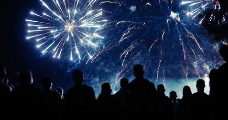Photo pour Crowd watching fireworks - image libre de droit