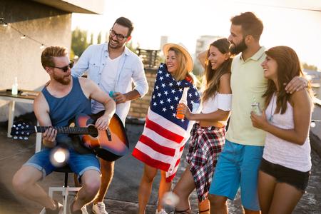 Photo pour Friends Celebrating 4th Of July Holiday - image libre de droit