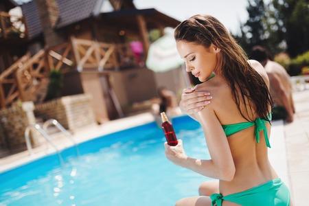 Foto de Woman careful not to get sunburn - Imagen libre de derechos