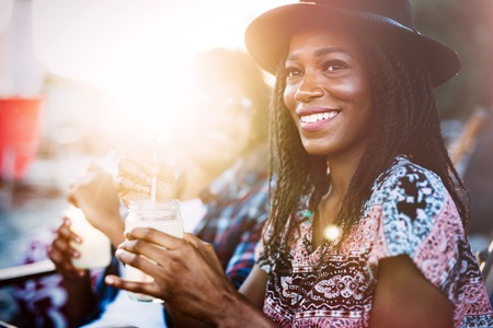 Photo pour Sexy black woman drinking cocktail in summer and enjoying her vacation - image libre de droit