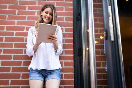 Photo pour Beautiful brunette girl using tablet for work, freelance, blogging, studying, shopping - image libre de droit