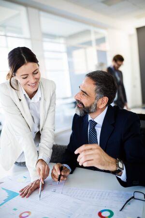 Foto de Successful team leader and business owner leading informal in-house business meeting - Imagen libre de derechos