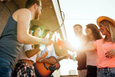 Photo pour Group of carefree friends dancing have fun in summer - image libre de droit
