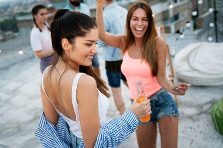 Photo pour Having a great time with friends, having fun at rooftop party - image libre de droit