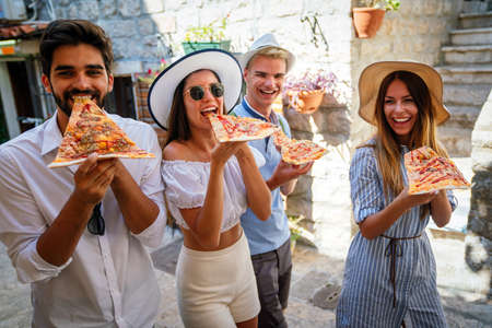 Photo pour Group of friends eating pizza while traveling on vacation - image libre de droit