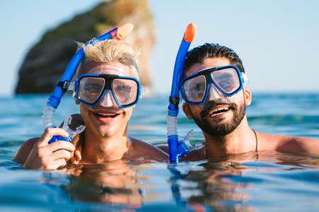 Photo pour Happy friends enjoying summer vacation, travel during scuba diving. - image libre de droit