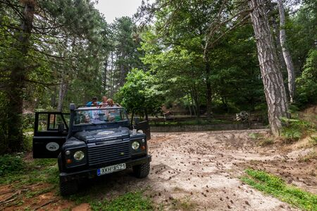 Photo pour Sithonia, Chalkidiki, Greece - June 27, 2014: Offroad car Land Rover Defender 110 outdoors - image libre de droit
