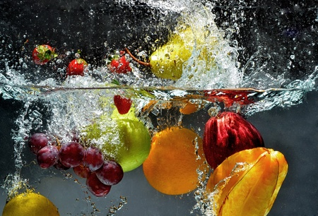 Foto für Fresh Fruit and Vegetables being  shot as they submerged under water. So fresh and delicious. This idea can also be use to show washing food before being process further. - Lizenzfreies Bild