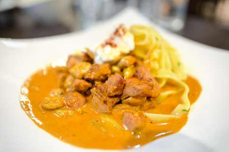 Photo pour beef stroganoff with pasta, russian cuisine - image libre de droit