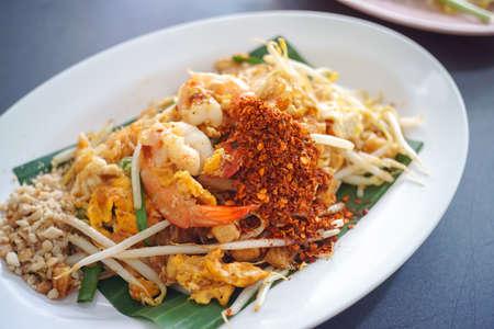 Photo pour Pad thai , Stir fry vermicelli or noodles with shrimp - Thai favourit food - image libre de droit