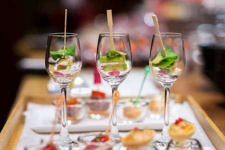Photo pour canape glasses on wooden slate platter - image libre de droit