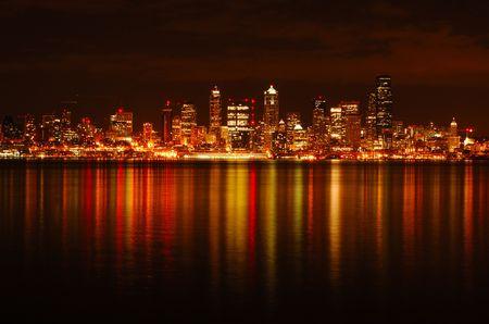 Foto de A dazzling photograph of Seattle skyline reflected across water  - Imagen libre de derechos