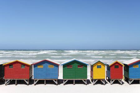 Photo pour Colorful Beach Huts on Beach - image libre de droit