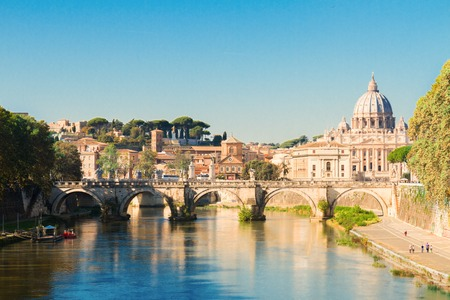 Photo pour St. Peter's cathedral over bridge and river in Rome, Italy - image libre de droit