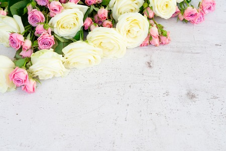 Foto de Pink and white rose flowers bouquet on white wooden background - Imagen libre de derechos