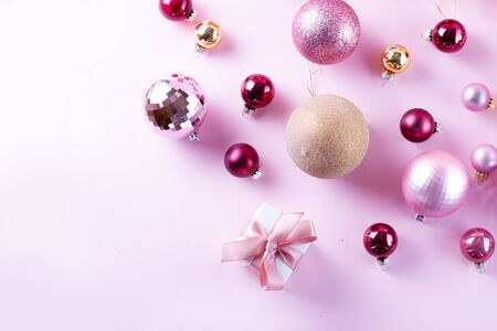 Photo pour Christmas pink and golden balls with gift box on pink background - image libre de droit