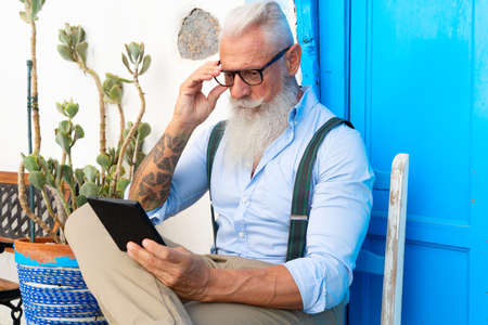 Photo pour Senior hipster man is reading e-book, happiness, technology and elderly lifestyle people concept - image libre de droit