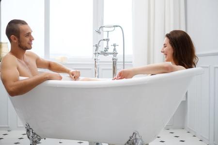 Photo pour Couple laying in a bath - image libre de droit