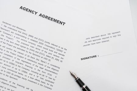 Photo pour Agency contract form and fountain pen - image libre de droit