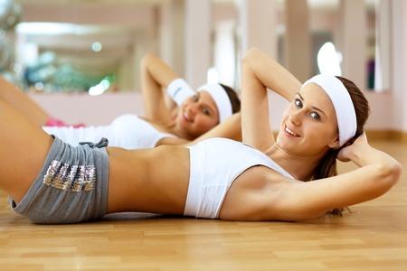 Foto de Young woman in sport wear doing sport in gym - Imagen libre de derechos