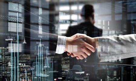 Photo pour Partners shaking hands - image libre de droit