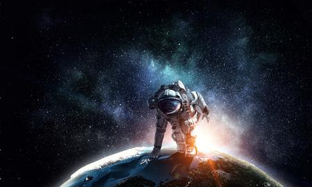 Photo pour Spaceman wearing suit in start pose. - image libre de droit