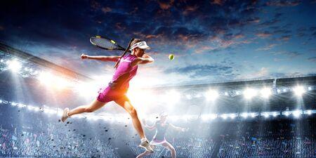Photo pour Young woman playing tennis in action - image libre de droit