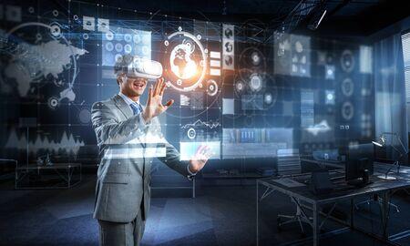 Photo pour Virtual reality experience. Technologies of the future. - image libre de droit