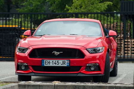 Photo pour Mulhouse - France - 12 May 2019 - red Ford Mustang V8 GT front parked in the street - image libre de droit