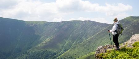 Foto de Young woman hiking in the mountains - Imagen libre de derechos